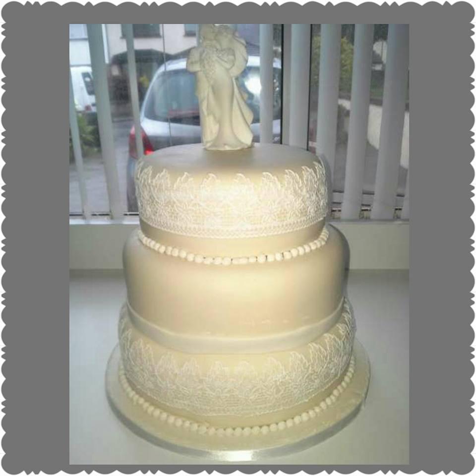 round_lace_wedding_cake